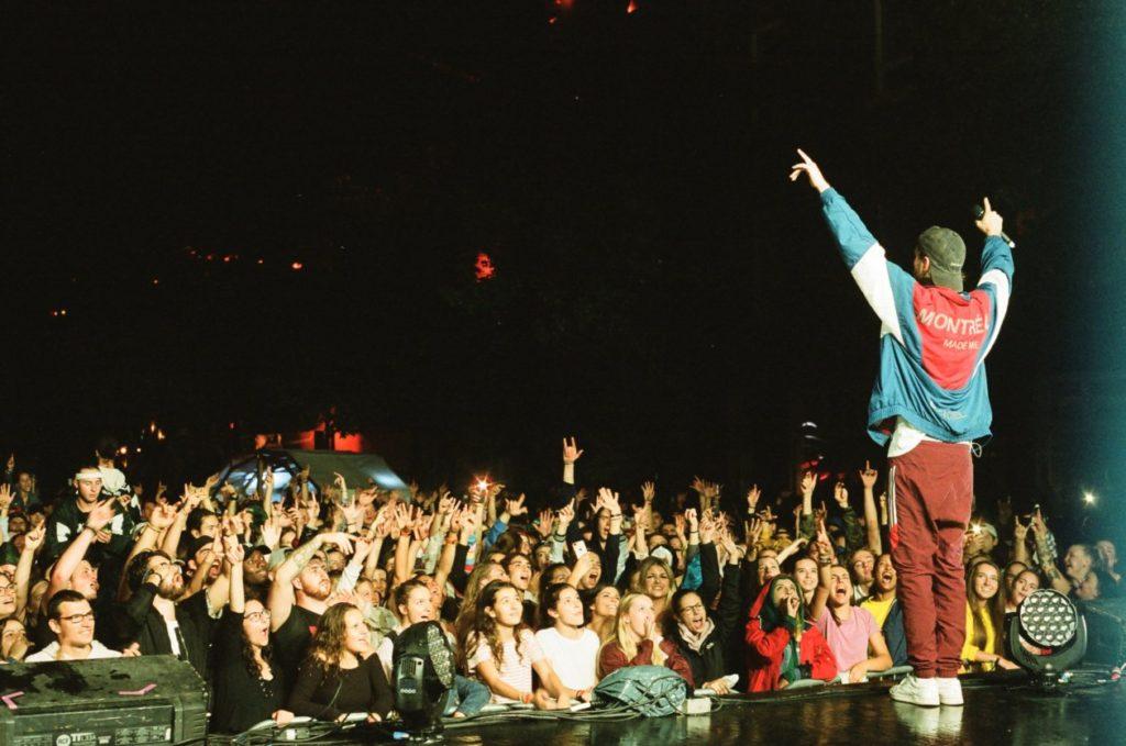 Loud est en train de performer à l'édition 2018 du FME devant la plus grosse foule que le festival de musique a connu jusque-là. Un moment unique pour les habitants et les visiteurs de Rouyn-Noranda.