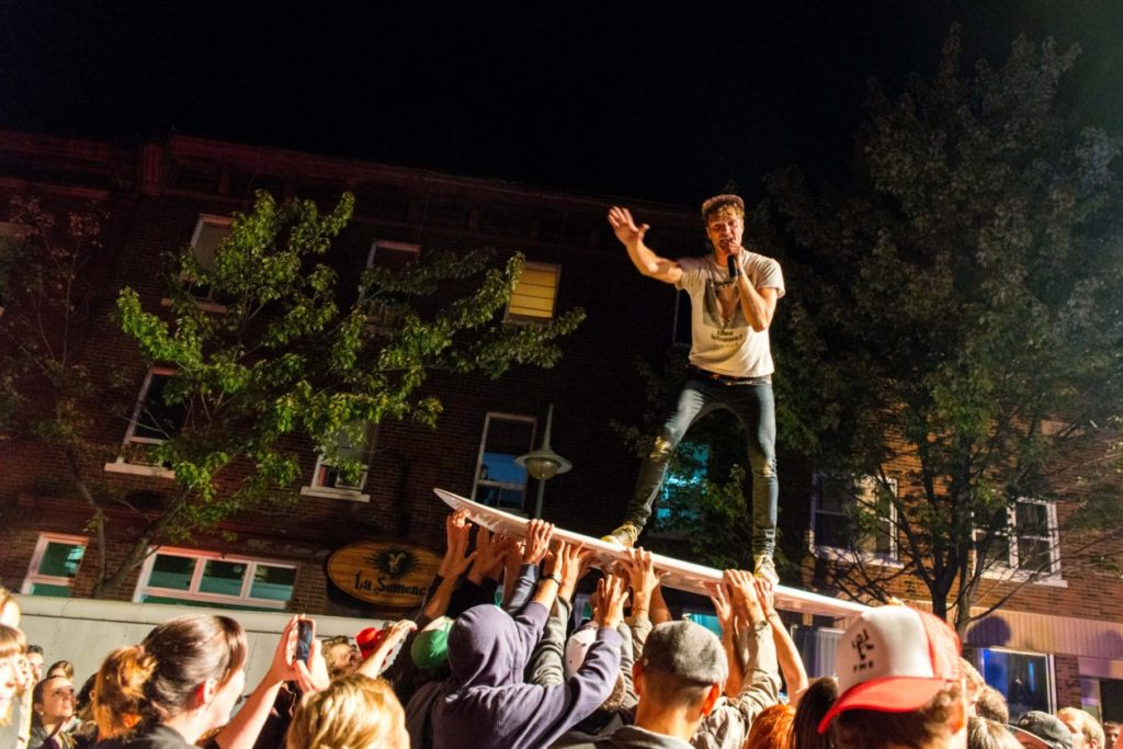 Rich Aucoin en crowdsurfing au FME 2014